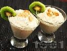 Рецепта Бърз и диетичен домашен крем с бисквити, сирене крема, извара и киви за десерт в чаши